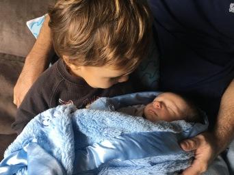 Em casa, o Jonas não segura a alegria quando a gente deixa ele segurar o Dylan